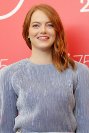 Emma Stone wore her shoulder-length waves swept to the side at the Venice Film Festival photocall for 'The Favourite.'