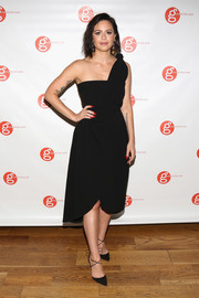 Sophia Amoruso complemented her dress with black cross-strap pumps.