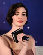 Anne Hathaway looked lovely with her short bob at the 'Interstellar' press conference in Shanghai.