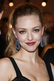 Amanda Seyfried added a heavy dose of glamour with a pair of gemstone chandelier earrings by Chopard.
