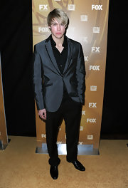 Chord looked sharp in this grey tuxedo blazer, paired with black shirt and pants.