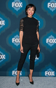Tamara Taylor completed her breezy outfit with a pair of black capri pants.
