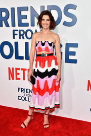For her bag, Cobie Smulders chose a simple black box clutch by Edie Parker.