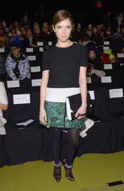 Anna Kendrick topped off her ensemble with a black-and-white hand-strap clutch.