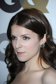 Anna Kendrick paired her long curls with sparkling stud earrings. A perfect match for her soft look.