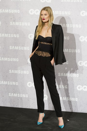 Toni Garrn wore a pair of metallic-blue pumps for a pop of color to her black ensemble.