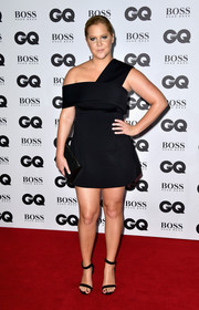 Amy Schumer complemented her dress with simple black ankle-strap sandals.
