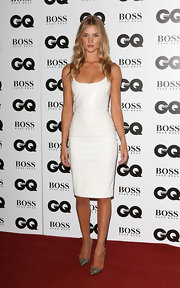 Rosie Huntington-Whiteley completed her look with a pair of elegant silver pointy pumps.