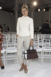 Jessica Hart topped off her neutral-toned ensemble with a tricolor leather tote.