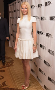 Gwyneth sported a capped-sleeve, turtleneck frock with a full pleated skirt to the Gene Siskel Film Center Gala.