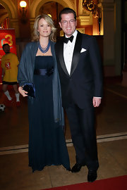 Stephanie attended the Sportpressball 2010 wearing a strapless navy gown and a matching shawl.