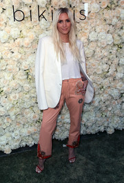 Ashlee Simpson pulled her look together with a pair of red thin-strap sandals.