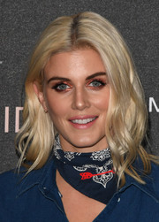 Ashley James framed her pretty face with a center-parted wavy 'do for the Gigi Hadid x Maybelline party.