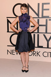 Sami Gayle paired her lovely dress with black pumps featuring diagonal strap detail.