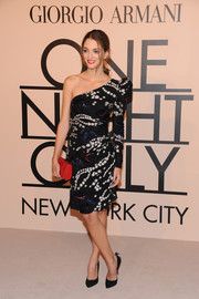 Sofia Sanchez Barrenechea looked very stylish in a printed one-shoulder dress during the Giorgio Armani SuperPier show.