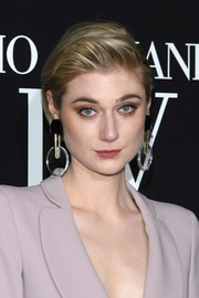 Elizabeth Debicki looked breezy wearing this short bob with a pompadour top at the Armani Prive fashion show.