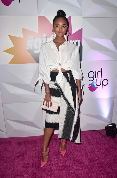 Chandler Kinney gave her monochrome outfit a pop of color with a pair of pink Loriblu pumps.