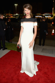Angela Sarayan was all about minimalist elegance at the Glamour Women of the Year 2016 in a monochrome Julianna Bass fishtail gown with an illusion panel along the yoke.