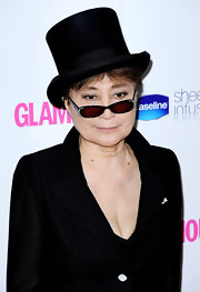 Yoko Ono played up her almond-shaped peepers with subtle smoky shadow and curled lashes.