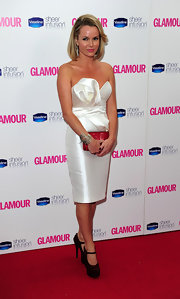 Amanda looked classic in a strapless satin dress with a shoulder-length bob.