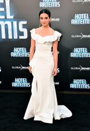 Jenny Slate was feminine and elegant in a white Rebecca Vallance gown with a ruffled neckline at the premiere of 'Hotel Artemis.'