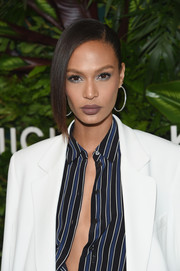 Joan Smalls finished off her beauty look with a swipe of matte brown lipstick.