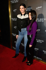 Kendall Jenner paired her shirt with classic blue jeans by Levi's.