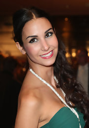 Sila Sahin styled her hair in a center part and side-swept curls for the Golden Henne Awards.