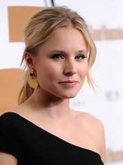 Kristen Bell paired her sleek ponytail with decorative gold dangle earrings.