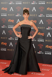 Penelope Cruz looked queenly in a strapless black Atelier Versace gown at the Goya Cinema Awards.