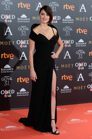 Penelope Cruz looked fiercely glam at the Goya Cinema Awards in a black Atelier Versace wrap gown with a crystal-embellished bustier underlay and a thigh-high slit.