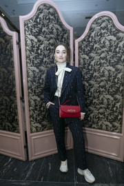 Kaitlyn Dever styled her outfit with a stylish red chain-strap bag by Gucci.