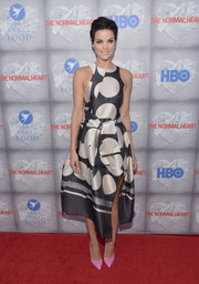 Actress Jaimie Alexander hit the red carpet in a sleeveless black & white dress.  She added a pop of color with pink heels.