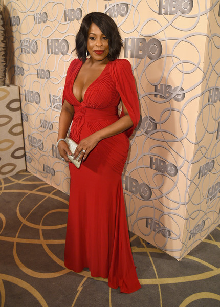Niecy Nash sealed off her look with a sparkling gold clutch.