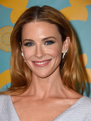Bridget Regan was fresh-faced at the HBO Golden Globes party wearing this lovely center-parted hairstyle.