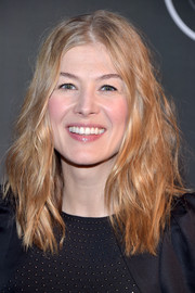 Rosamund Pike went for an edgy look with this messy wavy 'do when she attended the 'HHhH' Paris premiere.