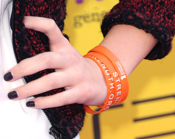 Hailee Steinfeld Dark Nail Polish [wrist,orange,nail,red,glove,finger,hand,yellow,arm,wool,hailee steinfeld,arrivals,the hub,california,hollywood,variety,5th annual power of youth event,power of youth,paramount studios,event]