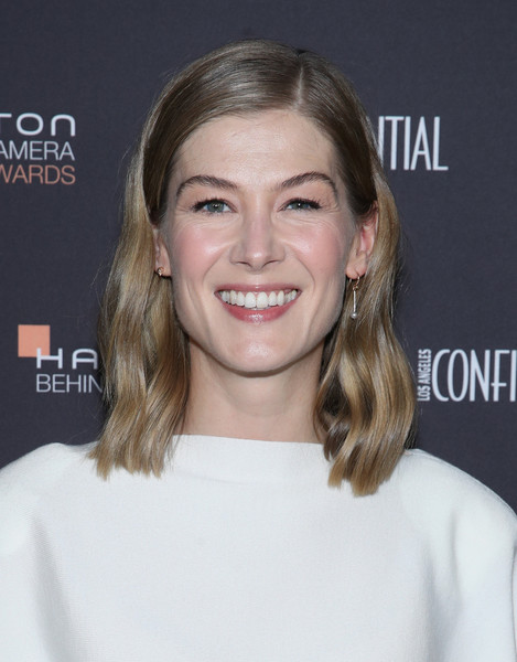 Rosamund Pike sported a sweet wavy hairstyle at the 2018 Hamilton Behind the Camera Awards.