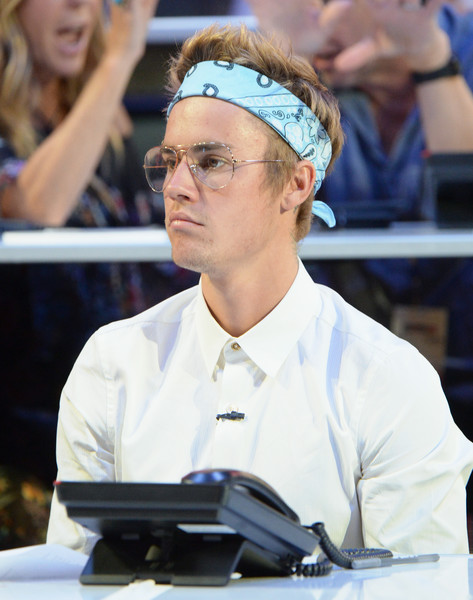 Justin Bieber tamed his hair with a blue paisley headband when she attended the Hand in Hand benefit.