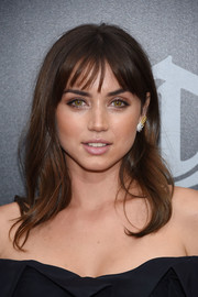 Ana de Armas looked oh-so-pretty with her wavy locks and wispy bangs at the premiere of 'Hands of Stone.'