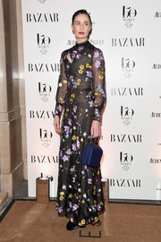 Erin O'Connor paired her dress with a blue leather purse.