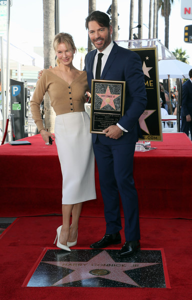 Renee Zellweger was casual-chic in a beige V-neck cardigan during Harry Connick Jr.'s Hollywood Walk of Fame ceremony.