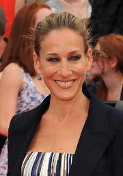 Sarah Jessica Parker added a pop of color to her Oscar de la Renta gown with a pair of turquoise earrings.