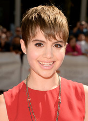 Sami Gayle played down her kissers with light pink lipstick.