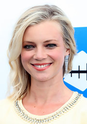 Amy Smart arrived at the Bring Back the Beach Awards wearing a pair of filaments earrings in 18-carat white gold with diamonds.