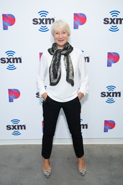 Helen Mirren completed her outfit with black cigarette pants.