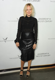 Malin Akerman completed her stylish ensemble with simple black leather clutch by Coach.