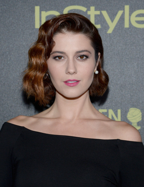 Mary Elizabeth Winstead went for a retro glam look with her side-swept curls.