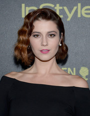 Mary Elizabeth Winstead went for a retro glam look with her side-swept curls