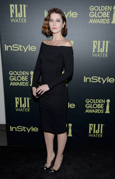 Mary Elizabeth Winstead wore an off-the-shoulder black dress that had long-sleeves for a chic apperance.